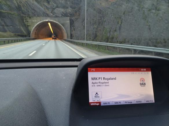 UTEN DEKNING: Norge skal stenge FM-nettet i løpet av 2017 og blir første land i verden som går over til DAB radio. Men dekningen mangler fortsatt når du kjører bil i tunnel mange steder. Foto: NRK