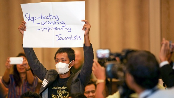 PROTESTERER: En journalist benytter anledningen til å ytre seg under åpningen av verdenskongressen til International Press Institute (IPI) i Myanmar tidligere i år. Protesten skjedde midt under informasjonsministerens hilsningstale til flere hundre redaktører. Foto: Scott Mc Kiernan, ZUMA PRESS