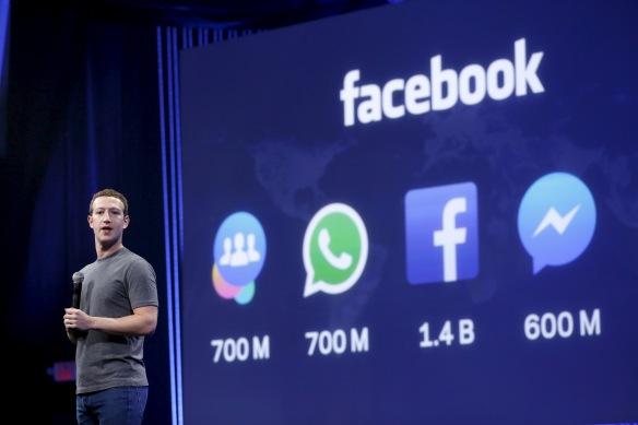 VERDENS MEKTIGSTE MANN: Mark Zuckerberg kler seg alltid i blue jeans og olivengrønn T-skjorte når han presenterer Facebooks nyeste strategier, som her i San Fransisco i mars i år.  Veksten avtar, men giganten legger under seg stadig nye tjenester med milliarder av brukere. Foto: REUTERS