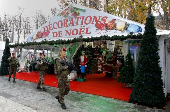 PÅ VAKT: Franske sikkerhetsstyrker patrulerer langs julemarkedene på hovedgaten Champs-Elysees.  Foto JACKY NAEGELEN, Reuters