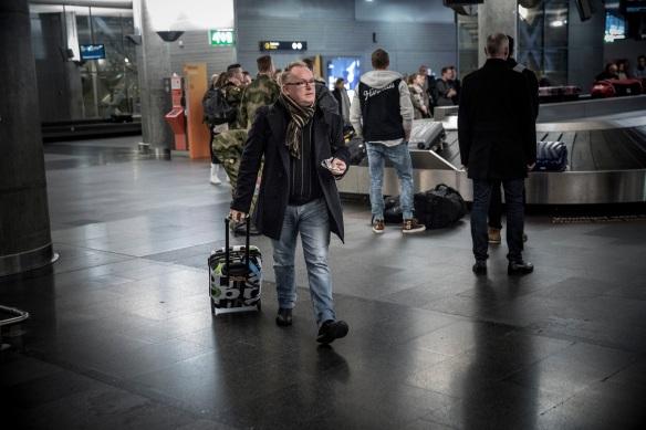 ÅRETS NYHET? Mange satte nok morgenkaffen i halsen da Per Sandberg ble utropt av Magnus Takvam som Norges nye innvandringsminister. Ankomsthallen på Gardermoen er for øvrig et av de sikreste steder for statsrådspotting.  Foto: TERJE BRINGEDAL