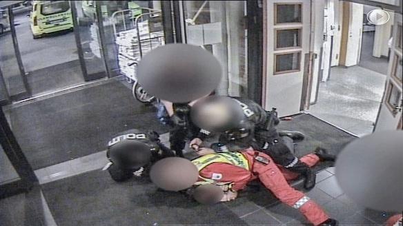 OMSTRIDT VIDEO: Den fatale pågripelsen av Erik Are Stedt (35) på Oslo Legevakt ble fanget opp av tre overvåkningskameraer. Tre år senere er videoklippene omsider utlevert og offentliggjort.