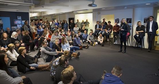 I OMSTILLING. Administrerende direktør Siv Tveitnes og sjefredaktør Øyulf Hjertenes orienterer de ansatte om organisasjonsendringer i Bergens Tidende. Foto: BT